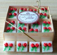 16 wunderschöne, dekorierte Würfelzucker mit roten Rosen    Verpackt sind die Würfel in einer hochwertigen Schachtel, welche man auch sofort sehr gut verschenken kann.    Verschenken Sie ein (Zucker) Stückchen Glück zusammen mit einer schönen Tasse. In einem Präsentkorb zusammen mit Kaffee, Tee und vielen anderen Dingen, sehen die Zuckerwürfel einfach herzallerliebst aus. Einzigartig schön.