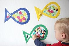 basteln-mit-kindern-unter-3-jahren-sommer-fische-wanddeko