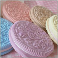 pastel oreo cookies - I would have loved these as a kid. They're perfect tea party cookies! Unicorn Food, Cute Food, Yummy Food, Kreative Desserts, Great Recipes, Favorite Recipes, Oreo Cookies, Angel Cookies, Blue Cookies