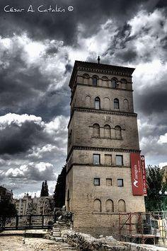 En Zaragoza, mi ciudad hoy, el Torreón de la Zuda, esta torre, cercana a las murallas romanas, ha sido... Esta torre, cercana a las murallas romanas, ha sido testigo de otras épocas de la ciudad, pero hoy en día se utiliza como Oficina de Turismo y excelente mirador.  Imagen de Cesar A. Catalán.