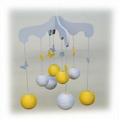 Mobile en bois, boule de coton et feutrine pour chambre de bébé, modèle jaune et gris