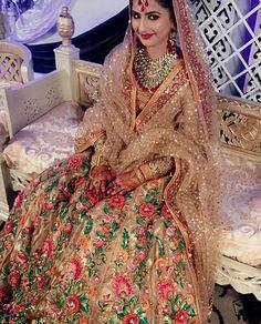 This wedding jora is absolutely stunning Pakistani Mehndi Dress, Pakistani Wedding Outfits, Pakistani Couture, Pakistani Dresses, Indian Dresses, Indian Outfits, Punjabi Wedding, Bollywood, Indian Look