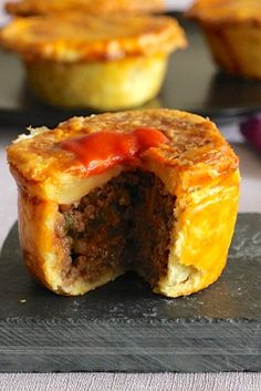 Australian meat pie, one of the most emblematic dishes of Australia, is a pie stuffed with beef traditionally served in individual portions. Aussie Pie, Australian Meat Pie, Aussie Food, Australian Recipes, Meat Recipes, Cooking Recipes, Curry Recipes, New Zealand Food, Savory Pastry