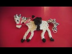 Rainbow loom Nederlands: paard van Sinterklaas, Amerigo (charm); ontwerp van Sandy Fiegen Rainbow loom figure charm animal horse with saddle. Pretty horse. Reminds me of a wooden carousel horse.