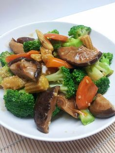 My Humble Kitchen: Stir Fry Mixed Vegetables with Mushrooms 香菇炒西兰花 recipes for two recipes fry recipes Veg Stir Fry, Stir Fry Mix, Vegetarian Stir Fry, Asian Stir Fry, Vegetarian Recipes, Cooking Recipes, Chinese Mixed Vegetables, Asian Vegetables, Fried Vegetables