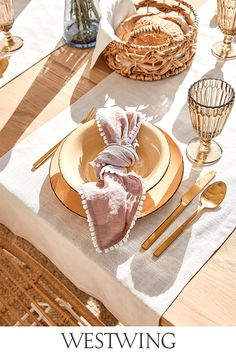 Ihr liebt Euer Zuhause und verwöhnt Euch und Eure Familie oder Freunde gerne mit köstlichen Leckereien?  Stilvolle Accessoires rund um den gedeckten Tisch schaffen eine gute Grundlage für gemütliche Abende in geselliger Runde. Als guter Gastgeber solltet Ihr auf jeden Fall unsere Kategorie Tisch & Bar auf WestwingNow nicht aus den Augen lassen! // Interior Inspo Möbel Dekoration Wohnideen Home Einrichten #westwing #mywestwingstyle #tischdeko #tableware #tafel #brunch #dinner #sommer Brunch, Ethnic Recipes, Food, Wine Goblets, Blown Glass, Spoons, Tea Pots, Modern Dinnerware, Funky Junk