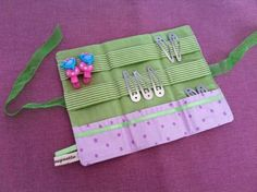 Pochette à barrettes by Lilly Chouquette Sewing Projects For Kids, Sewing For Kids, Diy For Kids, Diy Couture, Couture Sewing, Sewing Art, Sewing Crafts, Hair Clip Organizer, Barrettes