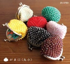 Little purses, click orange pdf link in lower right corner for chart Crochet World, Knit Or Crochet, Bead Crochet, Crochet Coin Purse, Crochet Purses, Crochet Bags, Purse Storage, Beaded Boxes, Lana