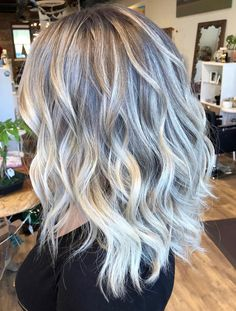 A flawless full foil makes for the most perfect platinum blonde. Obsessed with this cut and these beachy waves paired with this color.