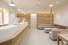 Reception desk Nordick style reception area for Fuji Pharmacy by Ogawa Architects Lobby Design, Design Entrée, Design Ideas, Design Shop, Clinic Interior Design, Clinic Design, Medical Office Design, Reception Desk Design, Physical Therapy