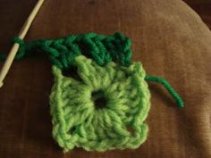 Crochet paso a paso: 1) Cuadrado a crochet Manta Crochet, Crochet Flowers, Lana, Beanie, Crochet Bebe, Boho, Afghans, Crochet Square Patterns, Crochet Granny Squares