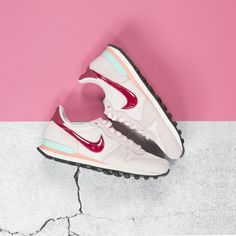 Nike pink sneakers --> https://www.omoda.nl/dames/sneakers/nike/roze-nike-sneakers-internationalist-shoe-68918.html