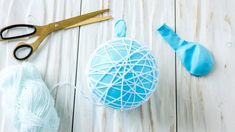 An inflated blue balloon wrapped in wool Easy Christmas Crafts, Simple Christmas, Blue Balloons, Projects To Try, Xmas, Glitter, Ornaments, Diy, Felicia
