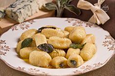 Gli gnocchi al gorgonzola sono un primo piatto irresistibile con un ripieno saporito di gorgonzola piccante.