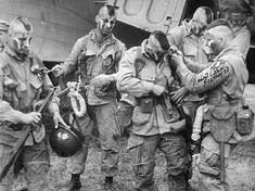 De gauche à droite: Joseph Oleskiewcz, George Radeka, Jack Agnew, James F. Green et Robert Cone. June 5, 1944