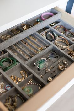 Space for all accessories to help you find what you need. Glasses, earrings, bracelets galore in this small drawer. Jewelry Drawer, Jewelry Storage, Cosy House, California Closets, Small Drawers, Home Organization, Storage Ideas, Women Accessories, Space