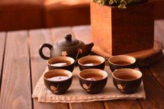 En terre cuite et entièrement façonné à la main imaginez-vous en servant votre thé avec ce service orné de fleurs japonaises, votre instant de détente sera un pur voyage. Ce mélange de tradition, de subtilité, d'élégance et de savoir-faire vous fascinera. Le thé est une culture qui ne se néglige pas au Japon, comme dans beaucoup d'autres cultures d'ailleurs, mais à la différence des pays européens, prendre le thé au Japon est tout une cérémonie, un art qui requiert une concentration totale... Belle Boutique, Home And Deco, Elegant Homes, Matcha, Tableware, Culture, Japanese Blossom, Tea Set, Terracotta