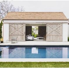 Chic modern farmhouse in Newport Beach with emphasis on entertaining. The Pool House - Chic modern farmhouse in Newport Beach with emphasis on entertaining. Modern Pool House, Pool House Decor, Small Pool Houses, Barn Pool, Pool Barn House, Backyard Barn, Nice Backyard, Pool House Plans, Farm Kitchen Ideas