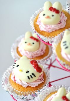 Gluten-free lemon and raspberry cream cupcakes. Topped perfectly with Hello Kitty confections! Cupcakes Chat, Yummy Cupcakes, Cupcake Cakes, Shoe Cakes, Cupcake Art, Cup Cakes, Cake Pops, Anniversaire Hello Kitty, Lemon Raspberry Cupcakes