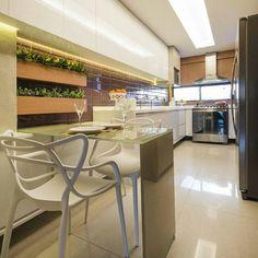 """Sabe aquela """"cozinha corredor""""?!  uma boa ideia de utilização de espaço! {via @almocodesexta e Projeto: Fábrica de Ideias}"""
