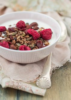 Granola with cacao, hazelnuts and freeze-dried raspberries. (Granola med kakao, hasselnötter och hallon.)
