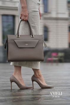 """We can't wait to get back to the office with this classic beauty, our CENTRAL in greige. It fits up to 14"""" laptops and can even be attached to your suitcase. Find out more about our sustainable and highest quality leather handbags on our website! Zurich, Work Bags, Business Outfits, Classic Beauty, Hermes Kelly, Leather Handbags, Elegant, Chic, Suitcase"""