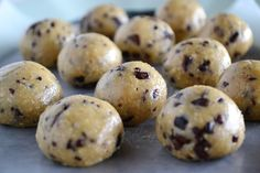 Recipe Box: Healthy No-Bake Cookie Dough Bites cup raw cashews cup oats 2 Tbsp agave syrup 1 Tbsp maple syrup 1 tsp vanilla extract ¼ chocolate chips Healthy No Bake Cookies, Healthy Sweets, Healthy Baking, Healthy Food, Healthy Sugar, Vegan Sweets, Delicious Desserts, Dessert Recipes, Yummy Food
