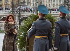 Ofrenda floral ante el monumento al Soldado Desconocido, en Moscú. Captain Hat, Floral, Stars, Grande, Fashion, Unknown Soldier, I Love, Moda, Fashion Styles