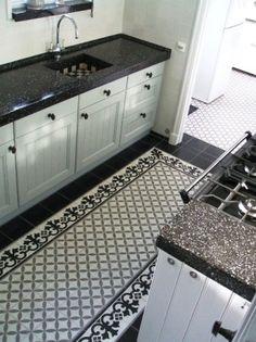 Fantastische tegelvloer in klassieke keuken.