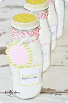 Bath Salts Recipe So cute! Homemade Beauty, Homemade Gifts, Diy Beauty, Diy Bath Salt Jars, Bath Salts Recipe, Diy Body Scrub, No Salt Recipes, Inexpensive Gift, Easy Gifts