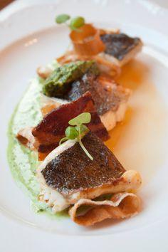 Zeebaars in de pan, kerrierisotto met spek en preiringen, pestoroom
