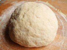 impasto con le patate -INGREDIENTI 250 g di farina manitoba 250 g di farina di grano duro 180 g di pasta madre rinfrescata (oppure 1 cubetto di lievito di birra da 25 g) 2 patate o 1 sola se grande (circa 300 g pesate con la buccia) 1 cucchiaino di zucchero acqua olio extra vergine di oliva sale