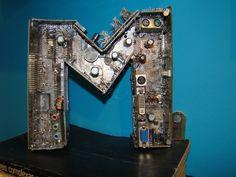 Letra M em peças de computador