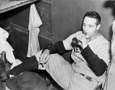 How do you play baseball like a boss? This is how you play baseball like a boss. Lou Gehrig be smoking his smoke and drank'n his drank. Lou Gehrig, Triple Crown Winners, Men Are Men, Baseball Photos, Yankee Stadium, Babe Ruth, American Sports, Baseball Players, Football