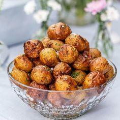 Ett ljuvligt gott tillbehör att servera på en buffé. Potatisen får smak av vitlök, dill och flingsalt och sköter sig själv i ugnen.