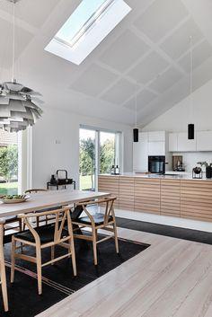 Oak Line fremkalder egetræets fineste egenskaber i et design, hvor form, materialer og funktion går op i den højest tænkelige enhed.  #køkken Street House, Farmhouse Interior, Nordic Style, Interior Design Living Room, Home Kitchens, Latte, Kitchen Design, Sweet Home, Home Decor
