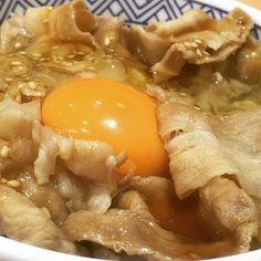 Yoshinoya's garlic soy sauce flavored pork rice bowl with an egg. And, miso soup and burdock salad. My mouth has become a poison gas weapon again. -- Yoshinoya de ajo salsa de soja carne de cerdo y un huevo y el arroz. Y sopa de miso y ensalada de bardana. Mi boca se ha convertido en un arma de gas venenoso de nuevo. -- Makan malam adalah Yoshinoya ini bawang putih kecap daging babi dan telur dan nasi. Dan, miso sup dan salad burdock. Mulutku telah menjadi senjata gas beracun lagi. -- #吉野家…