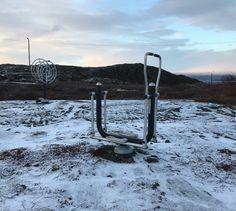 Mulig dette er Norges Nordligste utendørs treningspark i fantastiske Bugøynes, Sør-Varanger kommune i Finnmark. Tenk å få trene ute i slike omgivelser! Med flotte turområder vil disse apparatene innby til en liten ekstra økt i tillegg til selve turen! Vi heier på all aktivitet og kanskje heier vi aller mest på den uorganiserte treningen. #liveterbestute