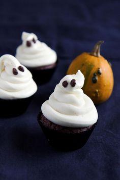 Kummitus-kuppikakut // Ghost cupcakes Food & Style Eeva Kolu Photo Eeva Kolu. www.maku.fi