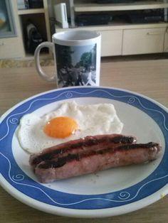Huevos con salchichas, y un té, desayuno típico inglés, dukaniadizado