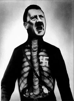 """John Heartfield, """"Adolfo el superhombre, traga oro y larga chatarra"""", 1932, Fotomontaje"""
