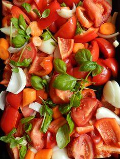 Een heerlijke soep van geroosterde groente is favoriet bij ons thuis. Lekker als voorafje, maar zeker als lunch. Neem er eventueel een speltboterham bij. NODIG 750 gram tomaten 500 gram rode paprika`s 1 winterwortel 2 uien 2 tenen knoflook ½ rood pepertje 1 eetlepel balsamicoazijn 3 eetlepels olijfolie een handvol basilicum 750 cc groentebouillon... Soup Recipes, Healthy Recipes, Fabulous Foods, Diy Food, Caprese Salad, Easy Meals, Brunch, Yummy Food, Stuffed Peppers