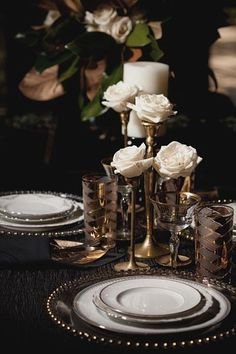 Lots of gold details, to remind us of the rich Gatsby times, with soft floral arrangements and art deco décor.