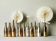 Centerpieces from wine bottles CHAMPAGNE & WINE BOTTLES make an unbelievably opulent centerpiece when massed out and sprayed entirely with gold and silver paint. Silver Centerpiece, Bottle Centerpieces, Centerpiece Ideas, Gold Diy, Spray Painted Bottles, Paint Bottles, Do It Yourself Inspiration, Inspiration Boards, Jars
