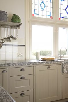 Look at the windows! Country Style Kitchen, Kitchen Interior, Dream Kitchen, Cozy Kitchen, Kitchen Cabinets, Vintage Kitchen, Home Decor, Kitchen Styling, Kitchen Appliances