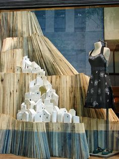 Seaside in Greece! A beautiful summer window display. Visual Merchandising Displays, Visual Display, Display Design, Store Design, Display Ideas, Anthropologie Display, Fashion Installation, Store Window Displays, Display Windows