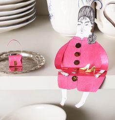 So very cute! From http://www.malinkoort.se/paperpeople.html#