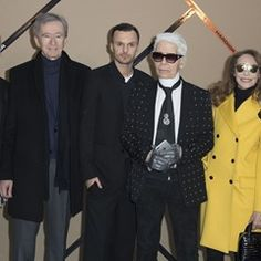 Karl Lagerfeld poses with celebrities backstage during at the PFW Dior Homme show 323396)