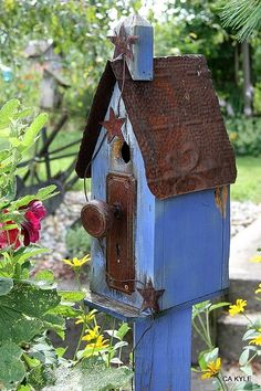 love the colors of this birdhouse