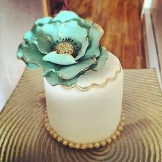 Mint and gold mini cake wedding favors by Cupcake et Macaron Montreal: id like this bigger and add real flowers